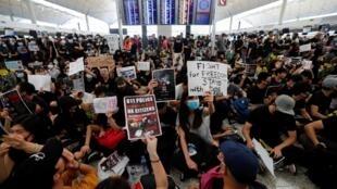 香港機場離境大廳內的反送中抗爭民眾 2019年8月12日