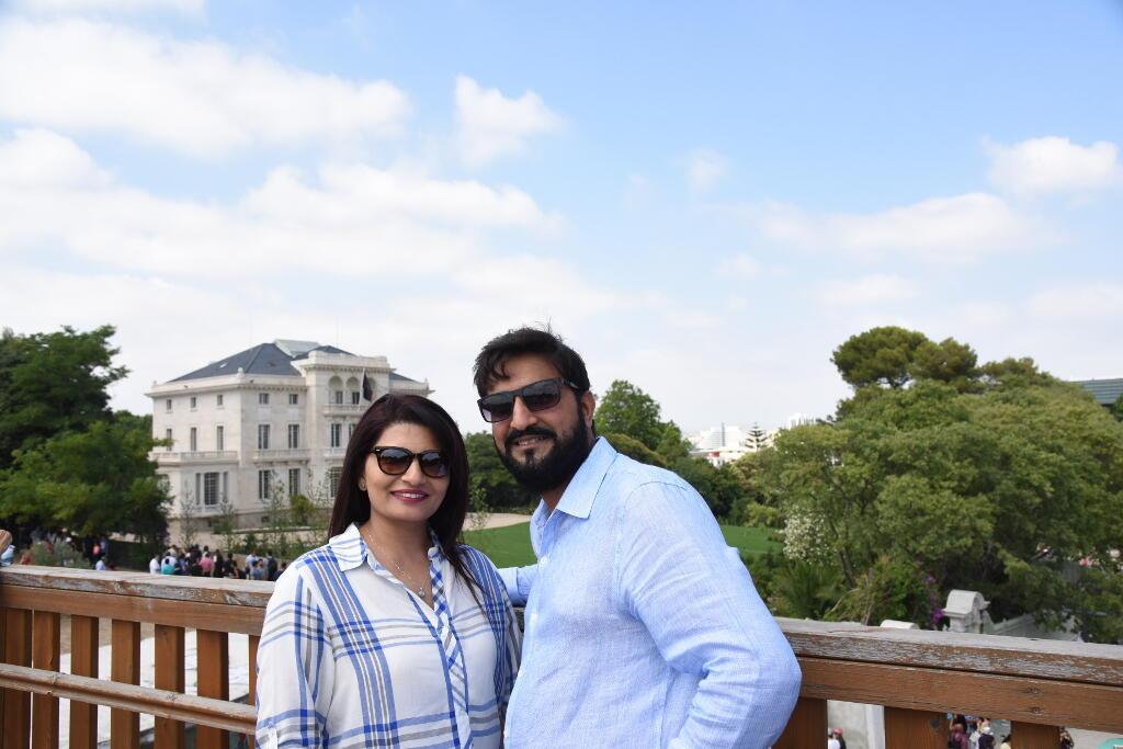 Rozina et Rahim Kradiya, un couple d'ismaéliens américains, posent fièrement devant le nouveau siège du culte musulman ismaélien, à Lisbonne.