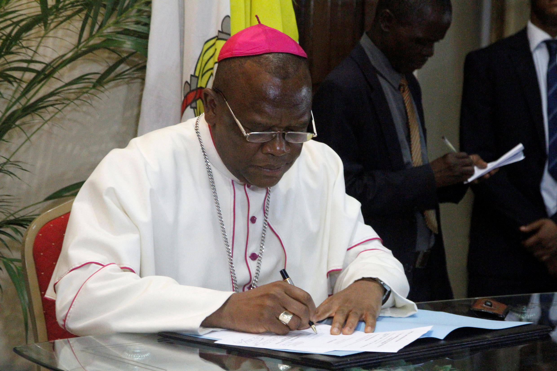 L'archevêque Fridolin Ambongo, de la Conférence épiscopale (Cenco), lors de la signature de l'accord, le 1er janvier 2017 à Kinshasa.