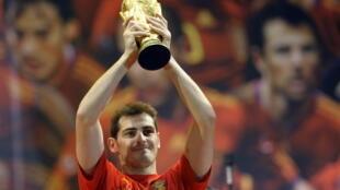 El portero madrileño Iker Casillas sostiene el trofeo de la Copa del Mundo durante la ceremonia de victoria de la selección española en Madrid el 12 de julio de 2010