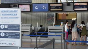 Pasajeros esperan en el mostrador de Air France en el aeropuerto de Niza.