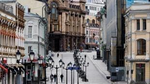 Vắng bóng người trên một phố đi bộ ở thủ đô Nga Matxcơva, thời dịch Covid-19