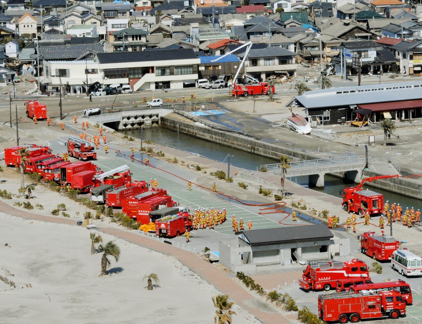Caminhões-cisterna preparam para invervir em Fukushima, no dia 18 março de 2011.