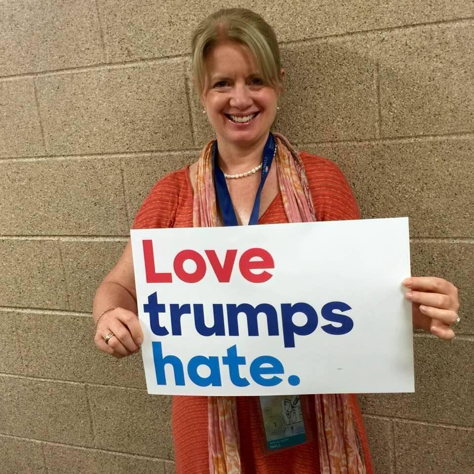 Карен Олсон на съезде Демократической партии в Филадельфии