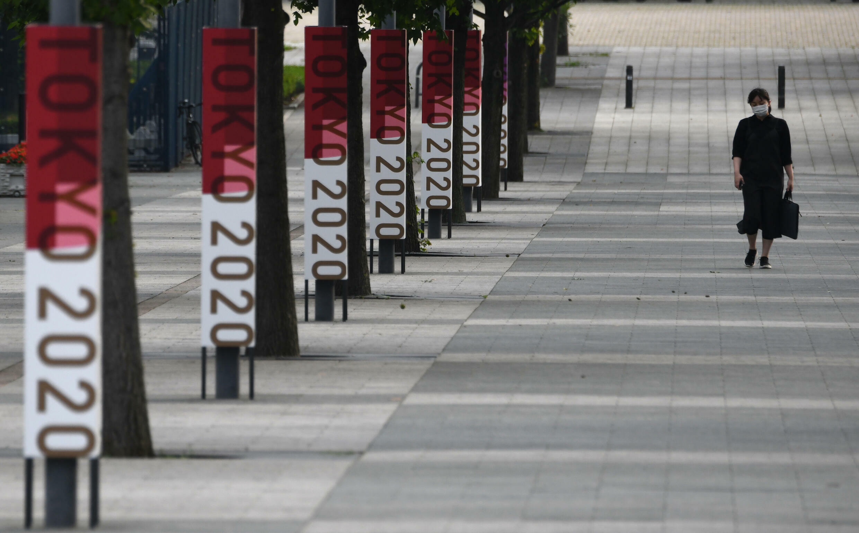 Les logos de Tokyo 2020 affichés dans une rue près du parc du bord de mer d'Odaiba, à Tokyo, le 7juillet2021