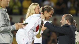 La tenista puertorriqueña Mónica Puig gana la primer medallo de oro olímpica en la historia de su país.