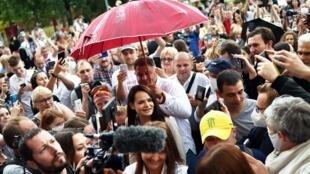 L'opposante au président Loukachenko, Svetlana Tikhanovskaya, arrivant à un bureau de vote, le 9 août 2020.