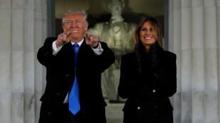 特朗普夫妇在华盛顿林肯纪念堂