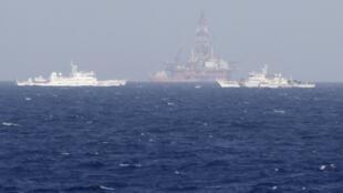 Giàn khoan Hải Dương Thạch Du 981 đặt trái phép tại vùng biển thuộc chủ quyền Việt Nam, được các tàu tuần duyên Trung Quốc bảo vệ, 14/05/2014.