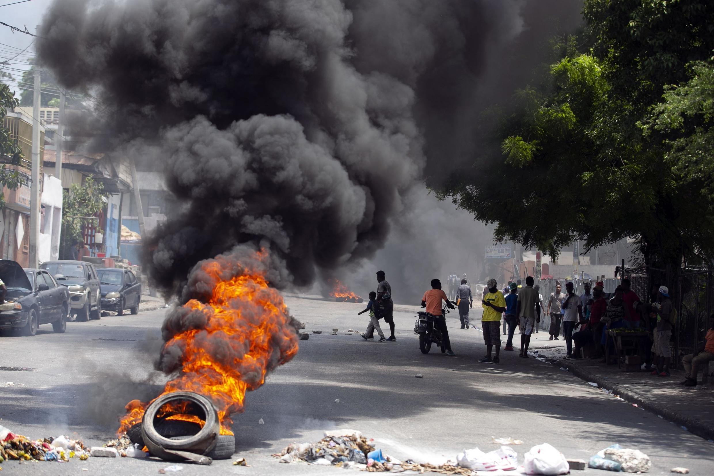 Un pneu brûlé lors d'une manifestation à Port-au-Prince pour demander justice pour le bâtonnier Monferrier Dorval, l'avocat tué le 30 août 2020.