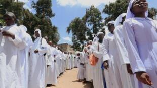 Des fidèles effectuent une procession religieuse après une messe dans la banlieue de Nairobi, malgré l'épidémie de coronavirus, le 22 mars 2020.