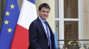 Le Premier ministre Manuel Valls sort d'une réunion avec les membres de son gouvernement. Paris, le 26 mai 2014.