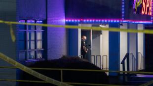 Un officier de police devant l'un des salons de massage où a eu lieu l'une des fusillades, mardi 16 mars au soir, dans la région d'Atlanta.