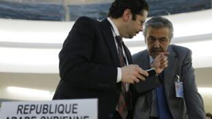 O embaixador sírio na ONU, Faysal Khabbaz Hamoui (R) fala com um membro da delegação síria antes do debate do Conselho sobre os Direitos Humanos, nesta quarta-feira (29).