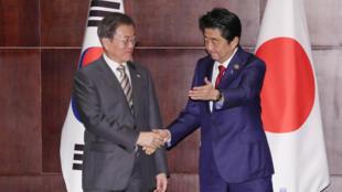 Thủ tướng Nhật Shinzo Abe (P) và tổng thống Hàn Quốc Moon Jae In tại Thành Đô - Trung Quốc. Ảnh ngày 24/12/2019.