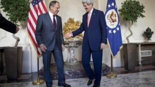 Hai Ngoại trưởng Mỹ John Kerry (P) và Nga, Lavrov, trong một cuộc gặp tại Paris, ngày 14/10/2014.