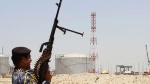 Un membre de la police pétrolière irakienne à la raffinerie de Zubair, le 18 juin 2014.