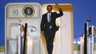 Le président américain Barack Obama, à son arrivée à l'aéroport de Londres-Stansted, le 21 avril 2016.
