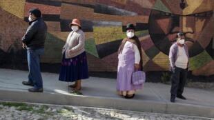 Des mesures sanitaires sont mises en place dans les bureaux de vote boliviens.