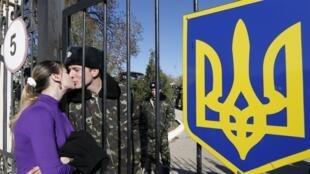 Nụ hôn của một phụ nữ Ukraina dành cho người đàn ông của mình là quân nhân đang bị kẹt trong một doanh trại ở Crimée trong vòng vây của quân Nga. Ảnh chụp ngày 03/03/2014.