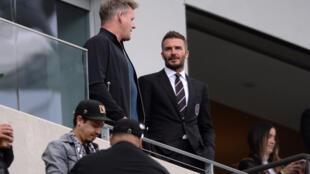 David Beckham (phải) chủ tịch câu lạc bộ Inter Miami trên khán đài theo dõi trận khai mạc MLS, của đội nhà với  CLB Los Angeles FC trên sânCalifornia Stadium, ngày 01/03/2020.