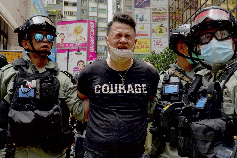 Un manifestant hongkongais arrêté par la police, le 1er juillet 2020.