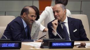O presidente da Coalizão Nacional de Oposição síria, Ahmad Jarba (esq.), e o chanceler francês, Laurent Fabius, fotografados na sede da ONU em outubro..