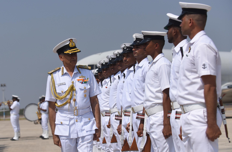 Đô đốc Sunil Lanba, tư lệnh Hải Quân Ấn Độ, kiêm chủ tịch Ủy ban Tham mưu trưởng Ấn Độ, duyệt đội ngũ học viên Hải Quân, ngày 29/03/2017.