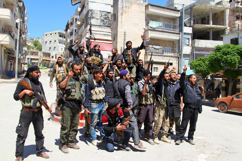 Quân thánh chiến ăn mừng chiến thắng sau khi chiếm được Jisr al-Shughour ngày 25/04/2015.
