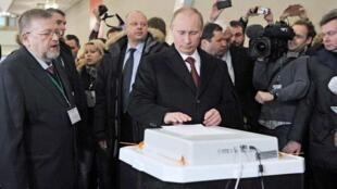 俄羅斯總理弗拉基米爾·普京(三)在電子投票箱投票2012年3月4日莫斯科一個投票站