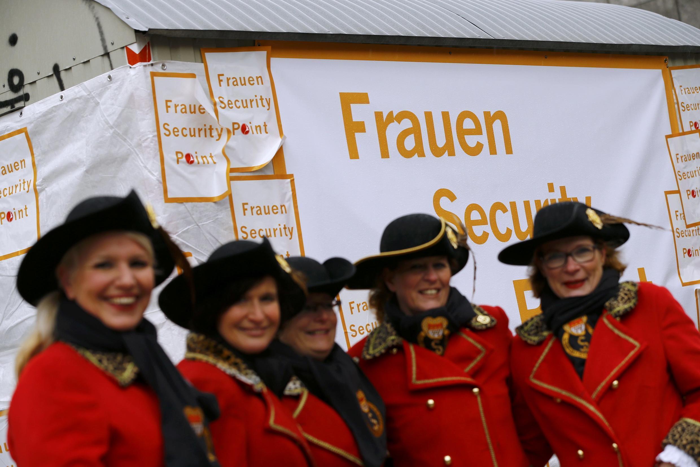 """Fantasiadas mulheres posam em frente do chamado """"ponto de segurança para mulheres """" na praça da Catedral de Colônia, 03 de fevereiro de 2016."""