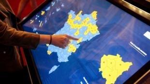 Consultation des résultats des élections sénatoriales sur un écran interactif, au Sénat à Paris, le 24 septembre 2017.