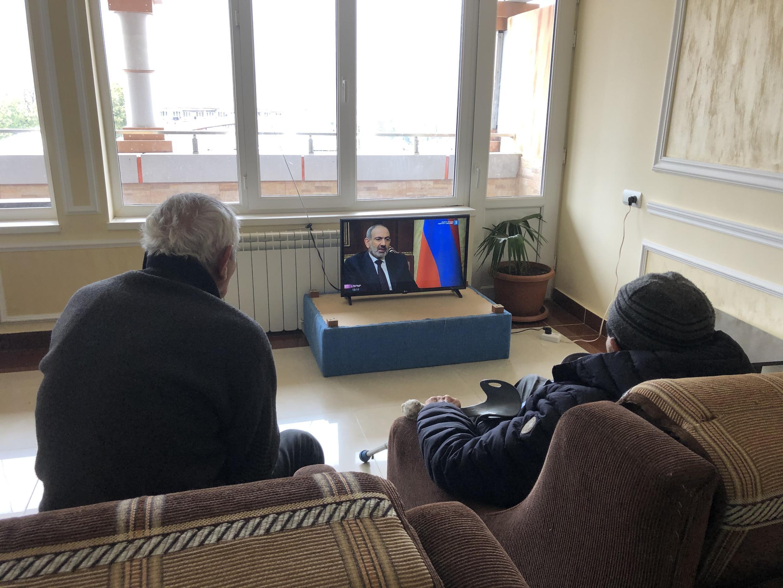 Карабахские беженцы в гостинице Гориса смотрят интервью премьер-министра Армении Никола Пашиняна. 16 ноября 2020 г.