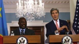 Le président de RDC, Joseph Kabila et le secrétaire d'Etat américain John Kerry, le 4 août à Washington.