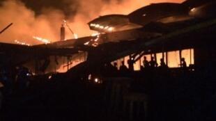 Spectaculaire incendie sur le marché d'Abobo d'Abidjan dans la nuit du dimanche au lundi 18 septembre 2017.