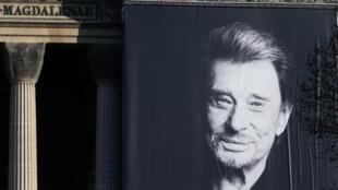 Портрет Джонни Халлидея на церкви Мадлен 9 декабря 2017
