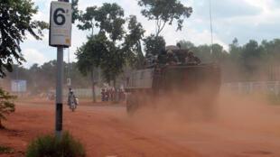 Un blindé français de la force Sangaris, dans les rues de Bangui en RCA, le samedi 16 août 2014.