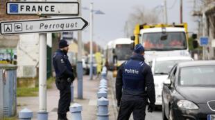 Des officiers de police belges effectuant des contrôles à la frontière franco-belge, le 24 février 2016.