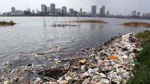 Amoncellement de déchets dans la lagune d'Abidjan, en Côte d'Ivoire. La lutte contre le gaspillage devrait être l'une des priorités de la communauté internationale.