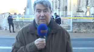 Jean Bedez, prefeito de Tracy-sur-Mer, na Normandia, fala à TV francesa em frente ao cemitério católico vandalizado.