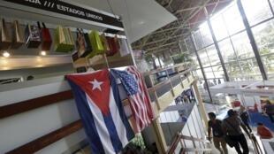 Cờ Cuba và Mỹ tại gian nhà Mỹ ở Hội chợ Havana International Fair (FIHAV), 02/11/2015.