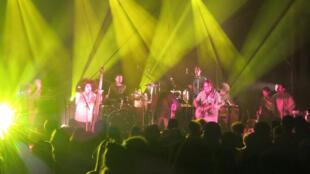 """El dúo Cofradía y la banda """"Jack and the giant bean"""" en el Brise Glace de Annecy."""