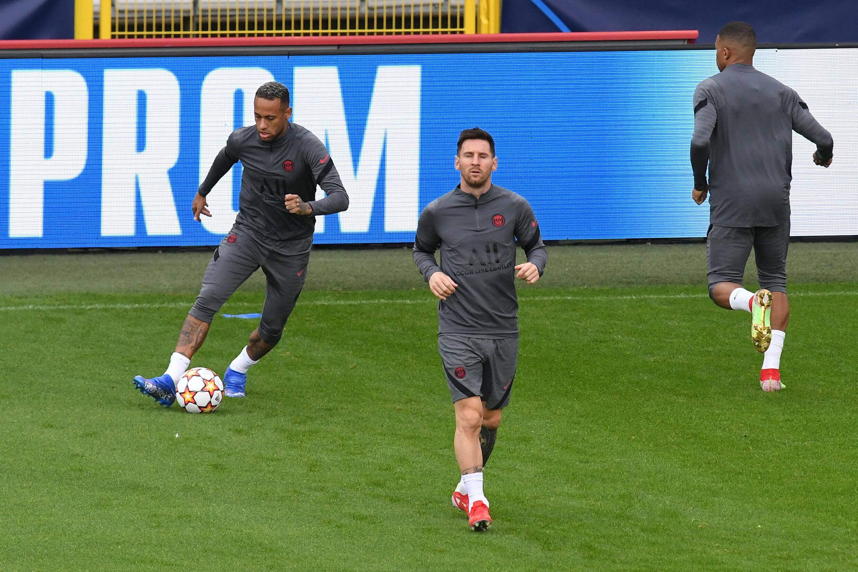 L'attaquant argentin du Paris SG Lionel Messi et le Brésilien Neymar à l'entrainement, avant le match du groupe A de la C1 face à Bruges, le 14 septembre 2021 au stade Jan Breydel de Bruges