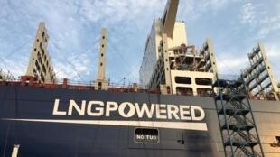 L'utilisation du GNL doit permettre de réduire de 20% la trace carbone du navire, et de supprimer l'oxyde de soufre dégagé par les moteurs au fioul des porte-conteneurs traditionnels.