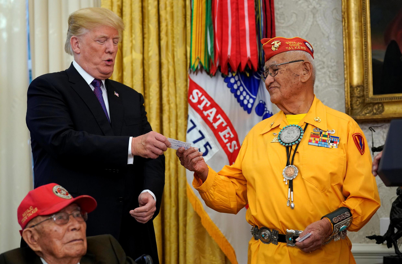 """Donald Trump recibe a en la Casa blanca a dos """"Native American"""" que enviaban mensajes codificados durante la II Guerra Mundial. Washignton, 27 de noviembre de 2017."""