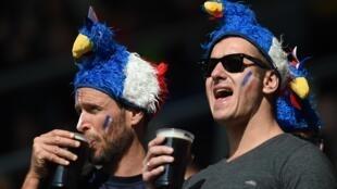 Torcedores franceses bebendo cerveja, mas na Inglaterra.