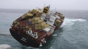 Tàu Rena, bị đắm từ ngày 08/10 ngoài khơi NewZealand. Ảnh chụp ngày 12/10/2011