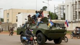 Un véhicule de transport de troupes russe parade à Bangui le 15 octobre 2020.