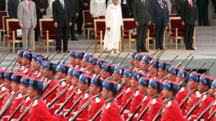 Le 14 juillet 1999, la Garde royale marocaine ouvre le défilé traditionnel sur les Champs-Elysées.