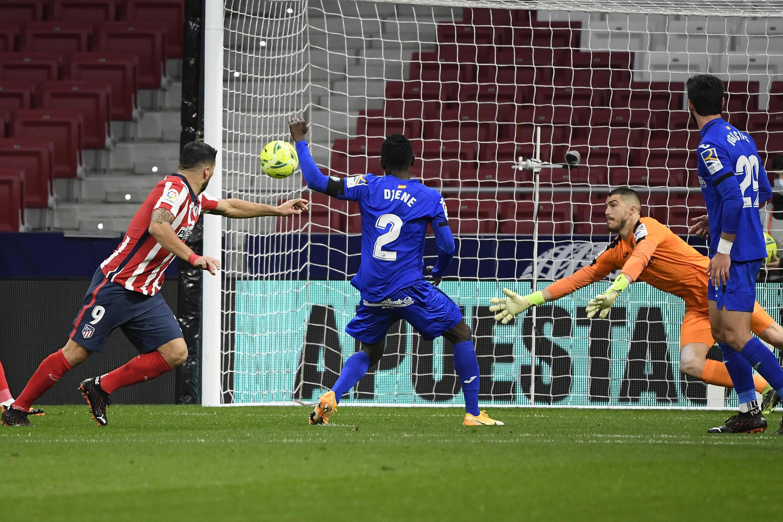 El delantero uruguayo del Atlético de Madrid, Luis Suárez (I) convierte el gol de la victoria 1-0 sobre Getafe, en partido de LaLiga española jugado el 30 de diciembre de 2020 en Madrid